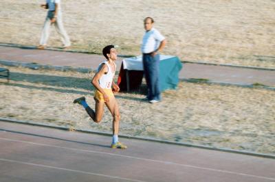 """Franco Fauci corre i 5000 m ai Campionati Regionali Assoluti del 1985 con un tempo di 14'10"""""""