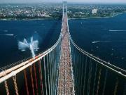 Migliaia di persone corrono ogni anno la Maratona di New York.