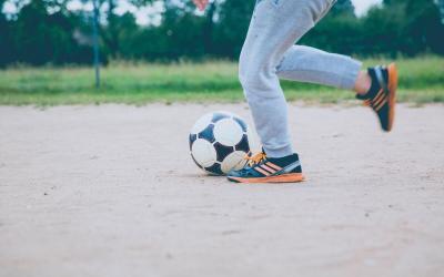 Persona gioca a calcio