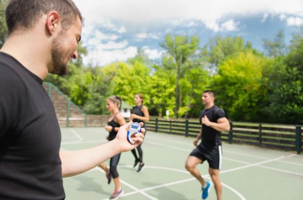 Allenatore e atleti durante allenamento