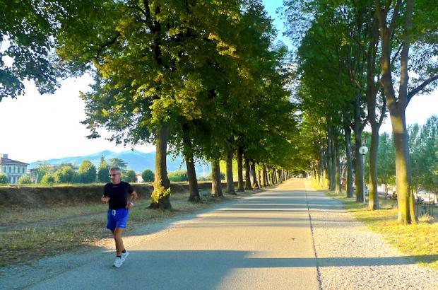 Podista corre lungo le Mura di Lucca