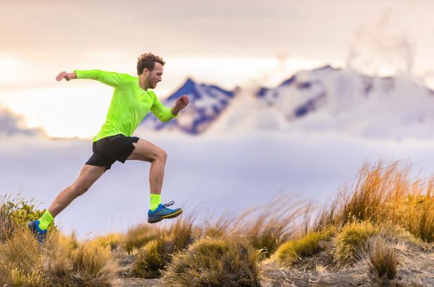 Runner corre in montagna