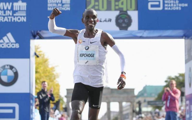 Eliud Kipchoge all'arrivo della maratona di Berlino 2018